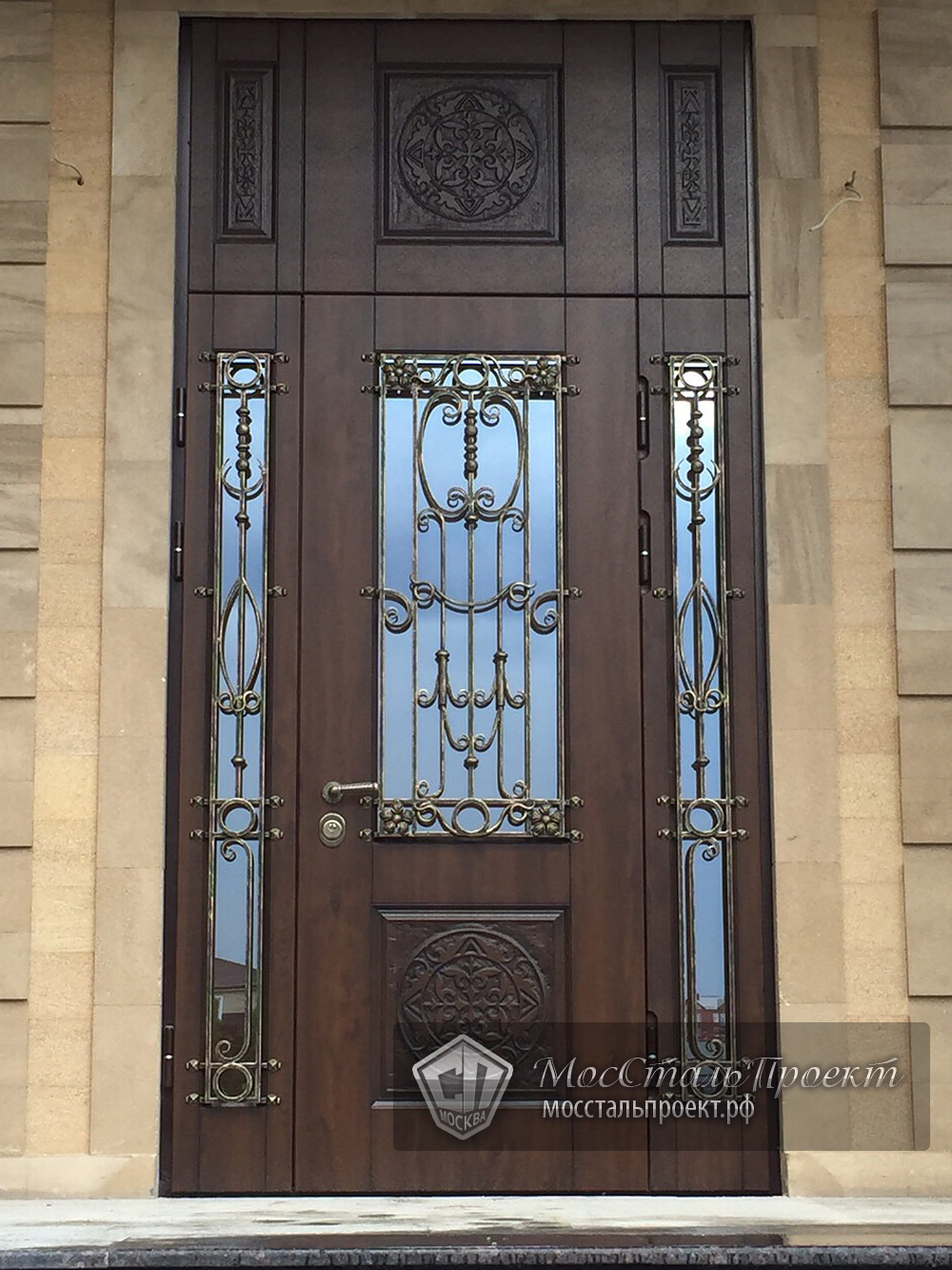большая парадная входная дверь со стеклом